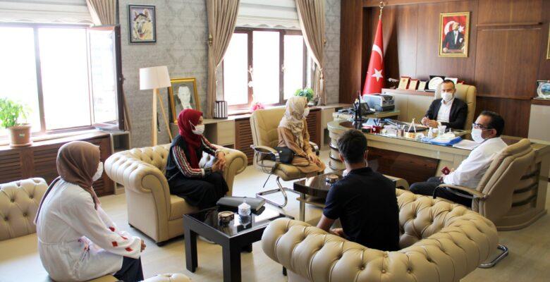 YKS sınavında başarılı olan öğrencilerden Milli Eğitim Müdürü Tekin'e ziyaret