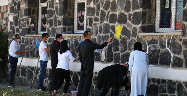Okulları rengarenk boyayarak yüz yüze eğitime hazırlıyorlar