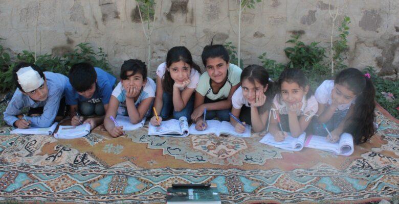 Ağrı 'da köy halkı çocukları için köye internet çekti