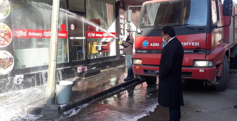 Ağrı'da cadde ve sokaklar korona virüse karşı sabunlu su ile yıkanıyor
