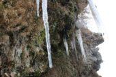 Ağrı'da donmaya başlayan şelale ortaya renkli görüntüler çıkardı