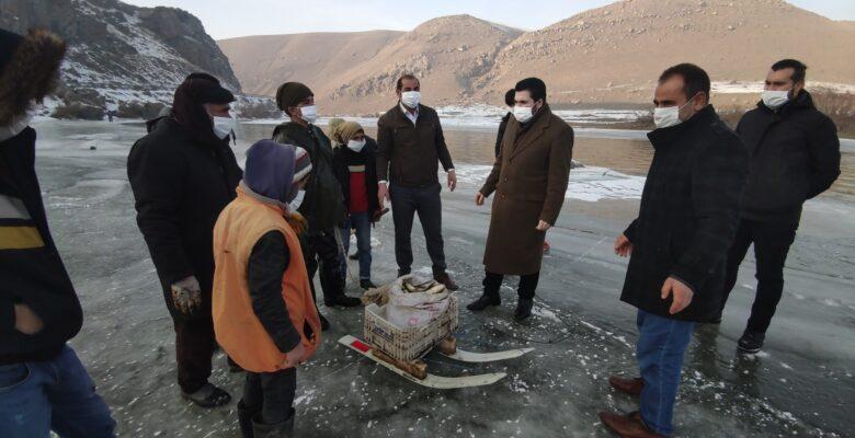 Başkan Sayan eksi 15 derecede balık tutan köylülere eşlik etti