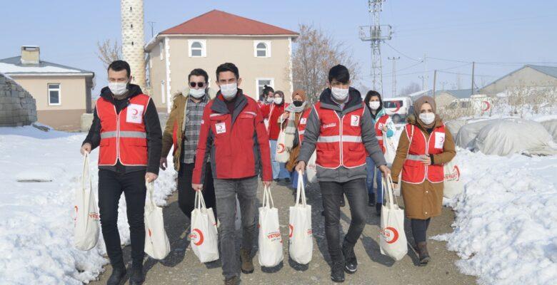 Türk Kızılay'ın gönüllü gençleri köy çocuklarını unutmadı