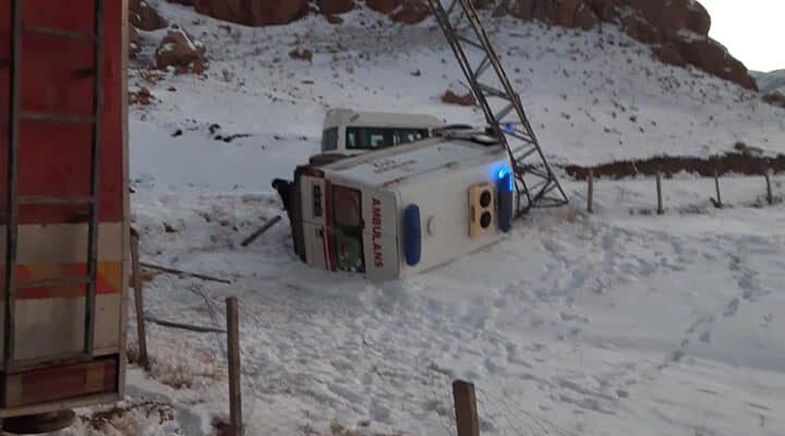 Yoldan Çıkan Ambulans Direğe Çarparak Yan Yattı: 5 Yaralı