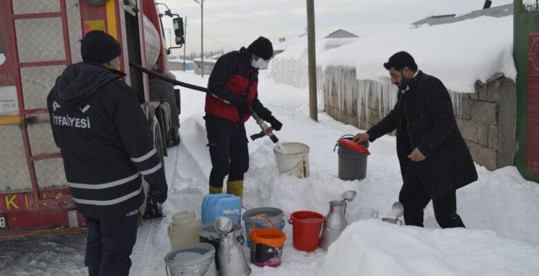 Soğuktan suları donan vatandaşlara itfaiyenin su servisi devam ediyor