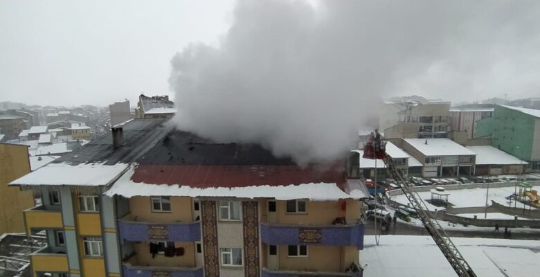 Ağrı'da çatı katında yangın paniği