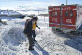 Kardan köyde mahsur kalan hasta 6 saatlik zorlu çalışmayla hastaneye ulaştırıldı