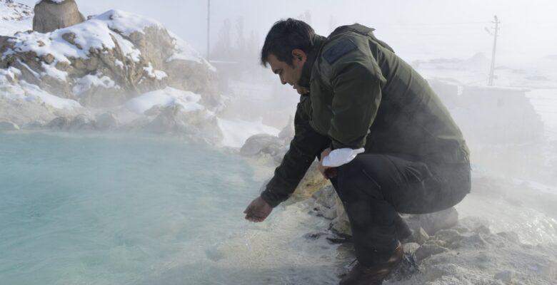 Diyadin'de Vatandaşların eksi 25 derece soğukta havuz keyfi dikkat çekiyor