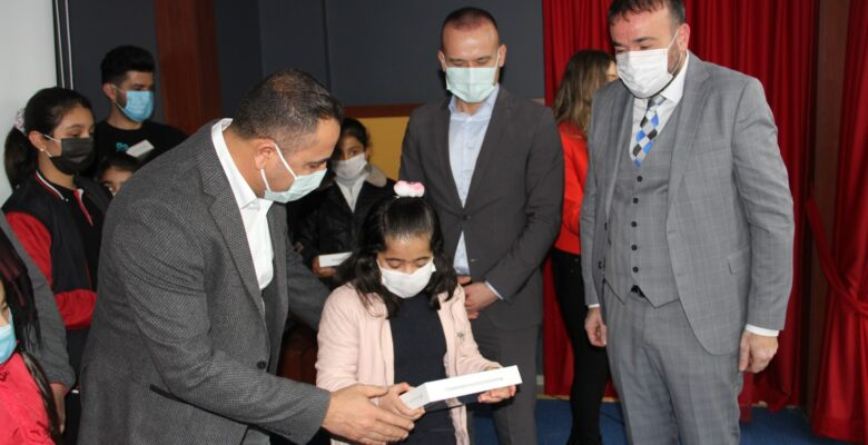 Yazdığı şiir kitabının gelirleri ile Ağrılı öğrencilere tablet dağıttı