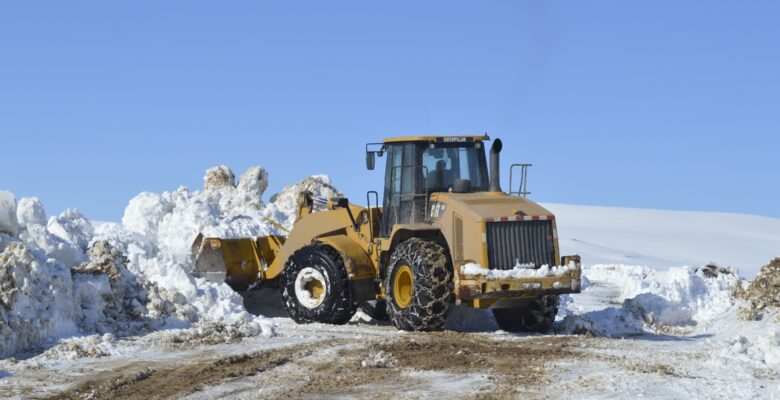 Ağrı'da karla mücadele ekiplerinin kar mesaisi sürüyor