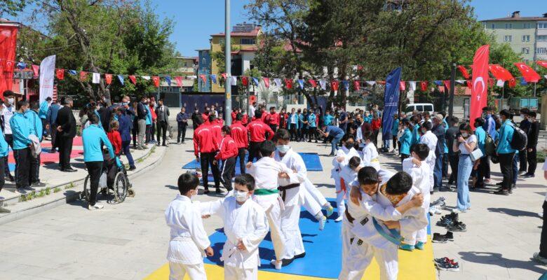 Ağrı'da Atatürk'ü Anma, Gençlik ve Spor Bayramı kutlanıyor