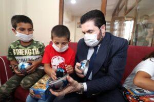 Başkan Sayan 250 çocuğa bayramlık dağıttı