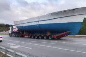 Karayolunda Ağrı'ya getirilen 21 metrelik tekneyi görenler şaşırdı