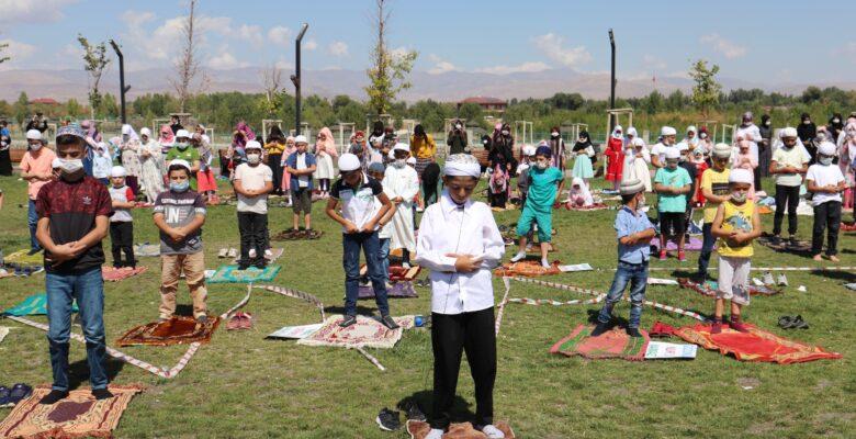 Yüzlerce Çocuk Millet Bahçesinde namaz kıldı