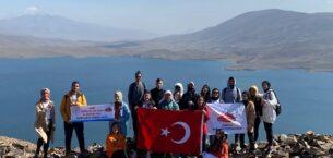 AİÇÜ öğrencileri Türkiye'nin en yüksek gölünde bayrak açtı